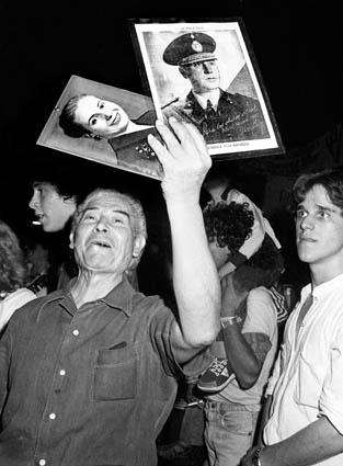 Evita_y_Perón._militantes