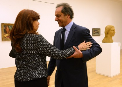 La presidenta y el candidato se saludan en una exposición
