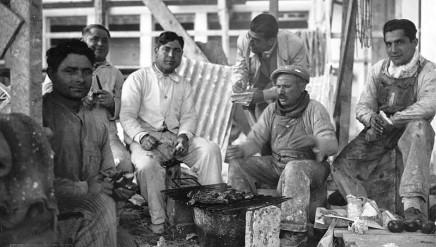 Buenos_Aires_-_Trabajadores_de_la_construcción_almorzando_(1930).jpeg