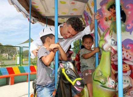 Mauricio_Macri_presentó_los_nuevos_juegos_de_agua_en_el_Parque_Indoamericano_(8471735638)