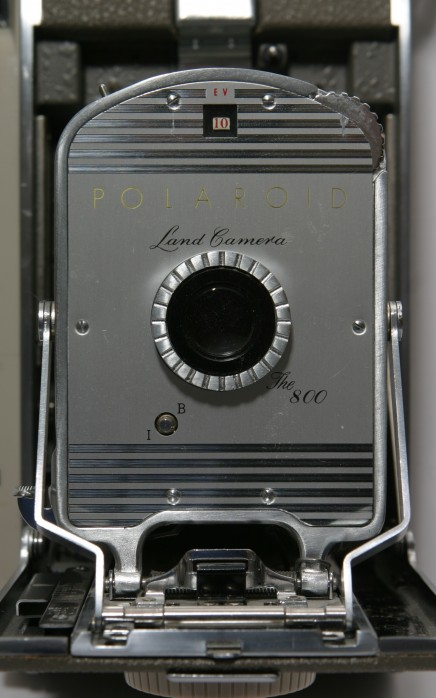 Polaroid_Land_Camera_Model_800_front_closeup